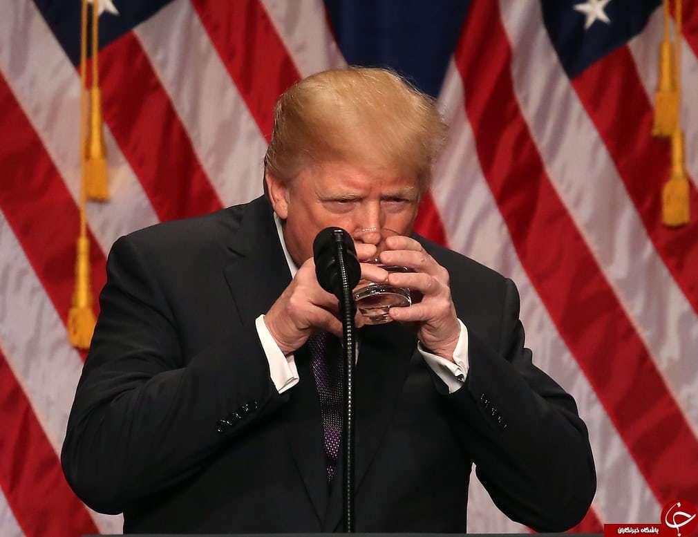 تصاویر روز: از آب نوشیدن ترامپ در حین سخنرانی در واشنگتن تا نقاشی چهره بر روی قهوه در لندن////////////////////////////