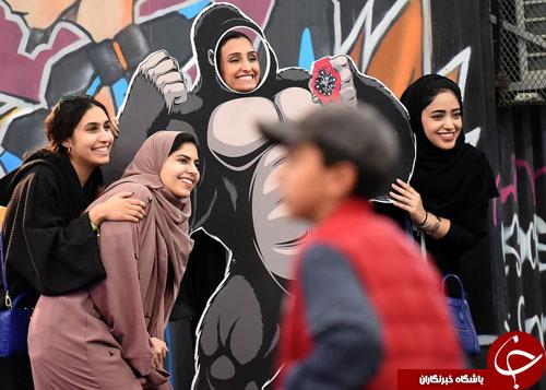 تصاویر روز: از ساخت مجسمه اژدها با استفاده از ۵۰ هزار عدد نعل اسب تا عکس یادگاری دختران سعودی با کینگ کونگ