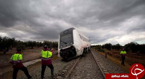 تصاویر روز: از ژست دلفینها مقابل دوربین عکاسی تا خارج شدن قطار از ریل در اسپانیا