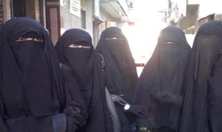دختران عربستانی اینگونه مسئولان دبیرستان را دور می زنند+فیلم