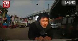 شگرد عجیب عابر پیاده برای دریافت غرامت از رانندگان! +فیلم