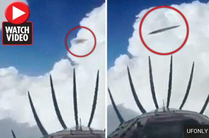 لحظه عبور دو شی پرنده ناشناس از مقابل هواپیما + /////////////////