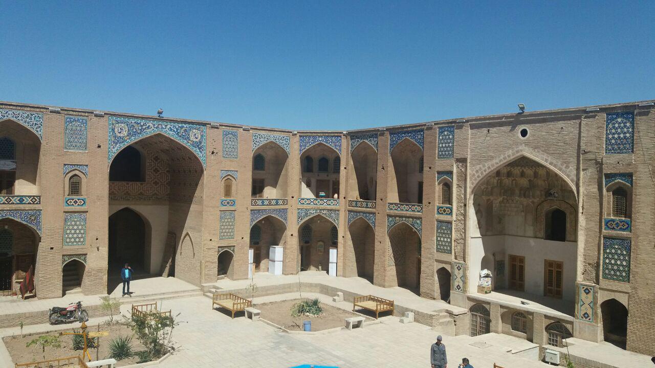 ترکیب کاروانسراها وبازارها ومساجد عهد صفویه را در بازار بزرگ کرمان ببینید
