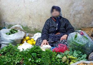 سبزی های پیرزن دستفروش تنکابنی را چه کسی در جوی آب ریخت؟
