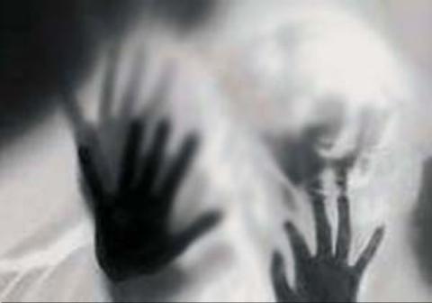 سقوط دختر 12 ساله از طبقه چهارم برای فرار از مرد شیطان صفت+فیلم