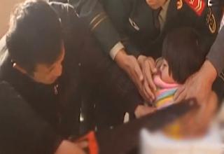 دختر بچهای که امدادگران را به چالشی دشوار کشید! +فیلم