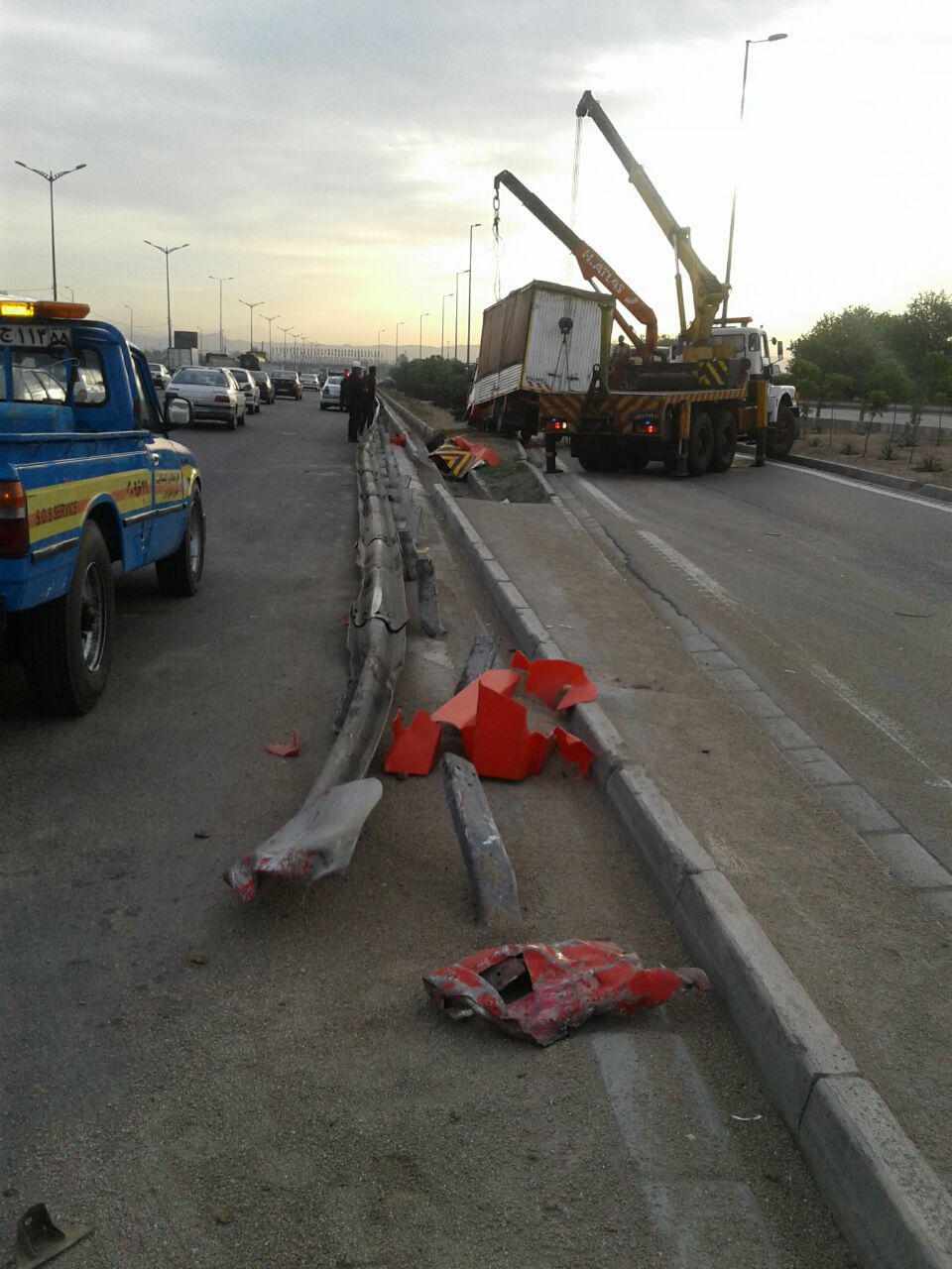 واژگونی یک دستگاه کامیونت در مسیر غرب به شرق بزرگراه آزادگان+عکس