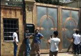 باشگاه خبرنگاران -صف طولانی مردم برای سلفی با درب خانه بازیگر معروف! +فیلم