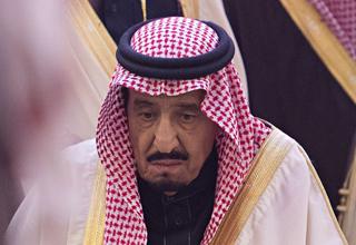 تلاش ملک سلمان در روخوانی متن سخنرانی اجلاس سران عرب+فیلم