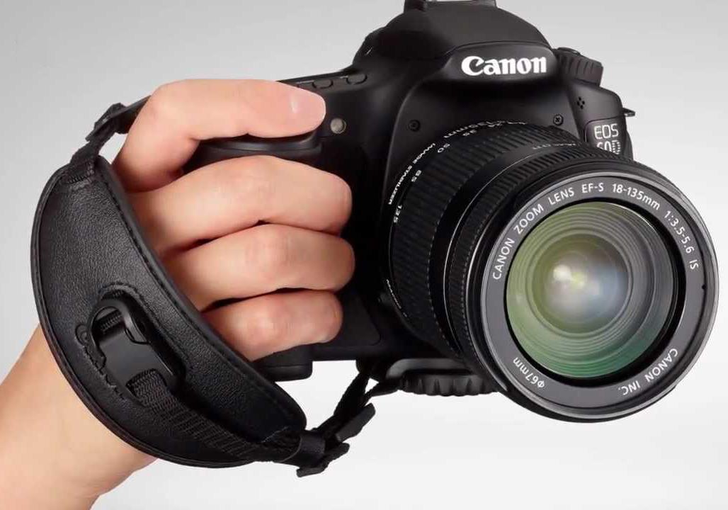 رفتار بیرحمانه یک عکاس با دوربین عکاسی حرفهای! + فیلم