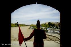 اجرای نمایش خیابانی تاریخ به وقت فروردین در پل خواجو