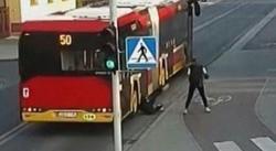 لحظه وحشتناک افتادن دختر نوجوان به زیر اتوبوس +فیلم