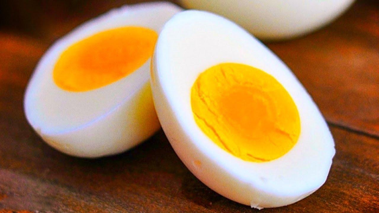 تغذیه کمکی کودک در ماه هشتم/زرده تخممرغ را به غذای کودک اضافه کنید