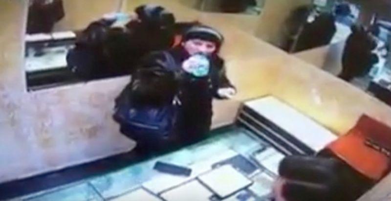 شگرد عجیب زن سارق برای سرقت از جواهرفروشی! + فیلم//