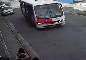 پرت شدن وحشتناک یک مادر و دختر از اتوبوس + فیلم