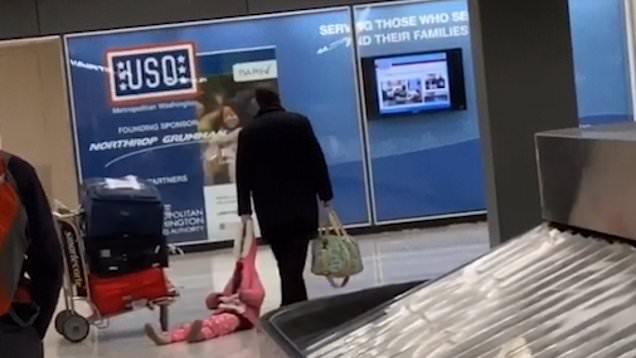 رفتار عجیب پدر با دخترش در سالن فرودگاه! + فیلم//