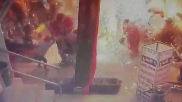 لحظه انفجار بادکنک هیدروژنی در فروشگاه! + فیلم
