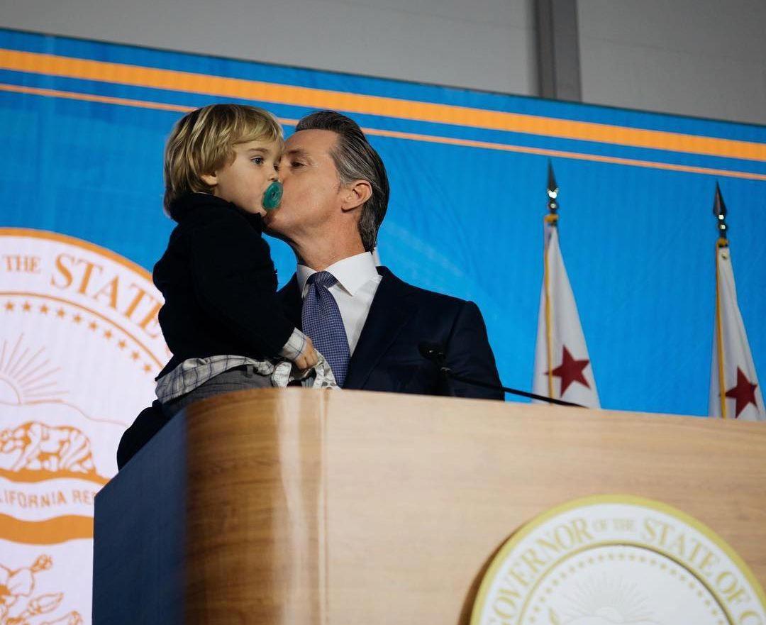 بچه داری فرماندار جدید کالیفرنیا در مراسم تحلیفش+فیلم