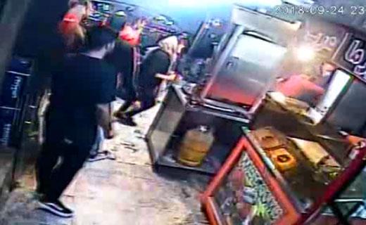 لحظه وحشتناک حمله ارازل و اوباش به مغازه ساندویچی + فیلم