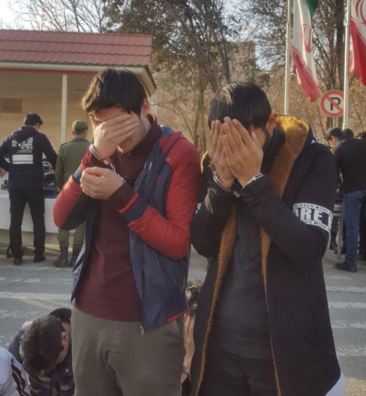 زورگیران موبایل قاپ پایتخت به دام افتادند/ سرقت گوشیهای تلفن همراه فقط به خاطر ۲-۳ میلیون تومان پول + عکس