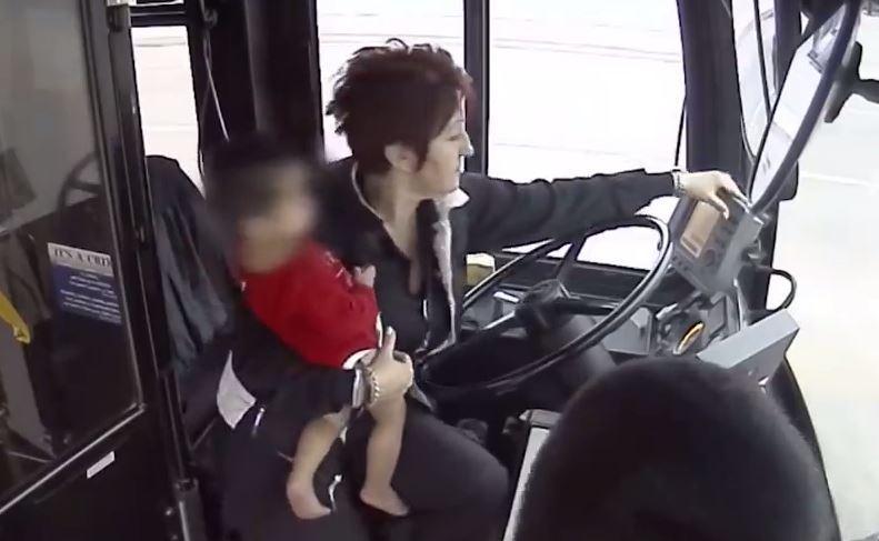 نجات کودک سرگردان در خیابان توسط راننده اتوبوس + فیلم////