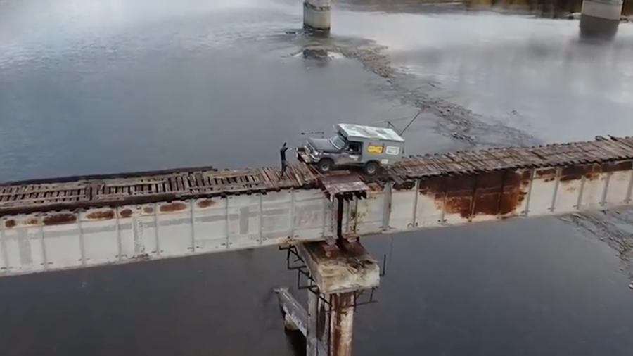 ریسک عجیب راننده کامیون با عبور از پل چوبی! + فیلم//