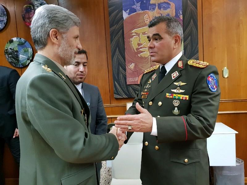 امیر سرتیپ حاتمی با وزیر دفاع ونزوئلا دیدار و گفتگو کرد
