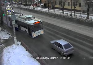 تصادف شاخ به شاخ خودروی سواری با اتوبوس برقی + فیلم