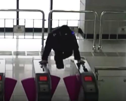 واکنش فوق العاده پلیس برای نجات پیرزن+فیلم