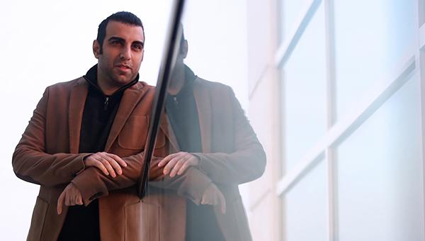 پولاد کیمیایی ترانهای از پدرش را برای معکوس میخواند