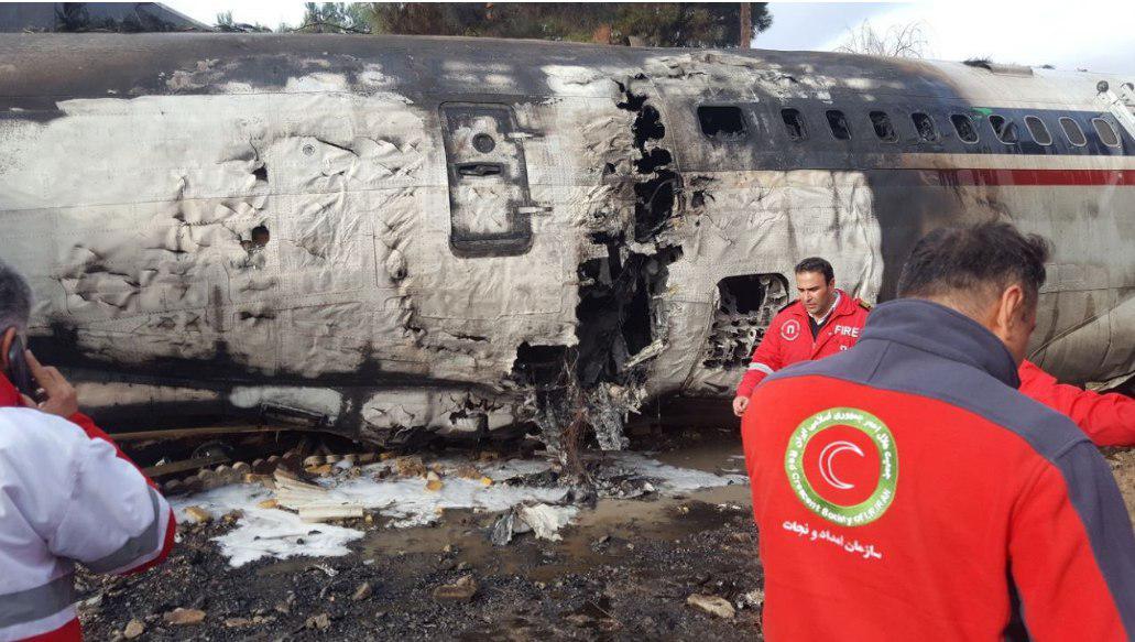 اولین فیلم ها و تصاویر از محل سقوط بوئينگ ٧٠٧ در فرودگاه فتح كرج