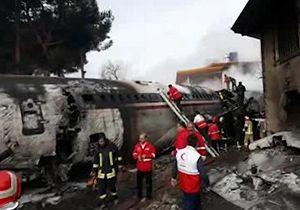 تلاش امدادگران برای خارج کردن سرنشینان هواپیمای سقوط کرده در کرج + فیلم