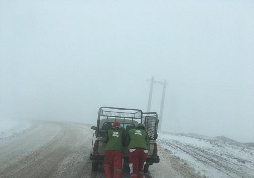امداد رسانی به ۲۰ خودروی گرفتار در برف در الموت