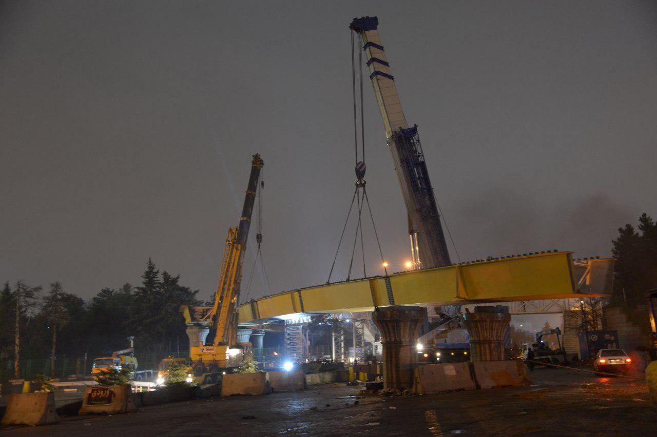 عرشه پل چمران جنوب به بلوار رشیدالدین فضل اله نصب شد + عکس