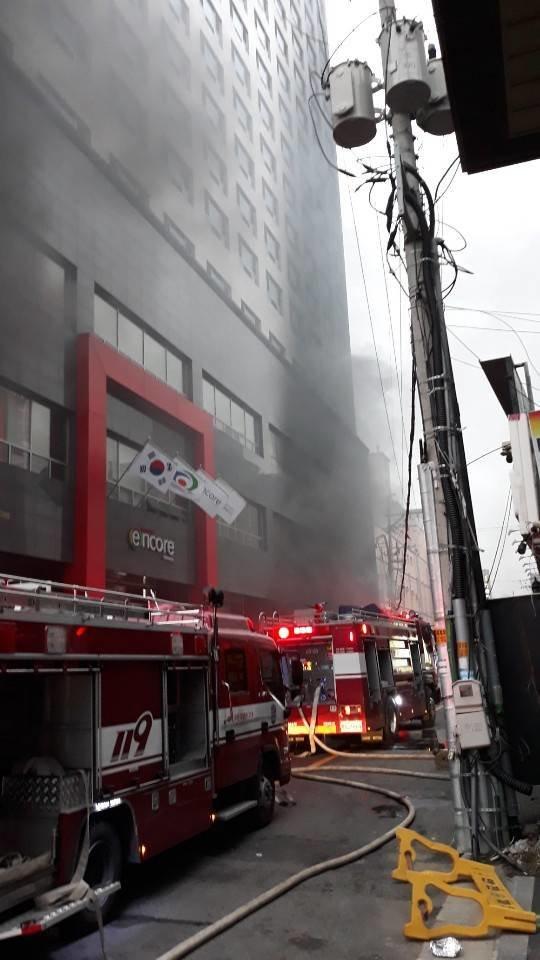 ۲۰ کشته و زخمی در آتش سوزی در یک هتل+تصاویر