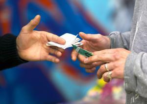 عجیب، اما واقعی؛ توزیع مواد مخدر با کارت ویزیت در حیاط دانشگاه