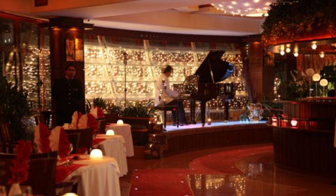 اجرایی عجیب از موزیک زنده در یکی از رستورانهای تهران +فیلم