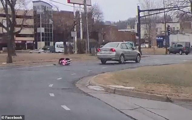 لحظه وحشتناک سقوط نوزاد در خیابان! + فیلم