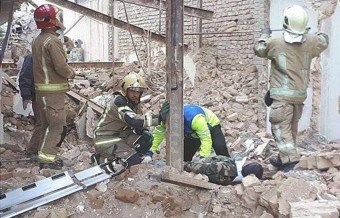 سقوط کارگر ۵۵ ساله از ساختمان در حال تخریب + عکس
