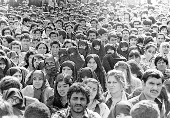 از حضور زنان با پوششی متفاوت در تظاهرات انقلاب تا کمپینهای سیاهنمایی ضدحجاب امروزی+تصاویر