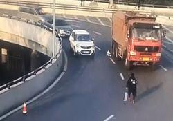 خوش شانسی یک پسربچه در له نشدن زیر چرخهای کامیون + فیلم