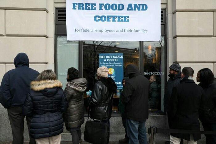تعطیلی دولت آمریکا یکماهه شد/ صف غذای رایگان در بزرگترین اقتصاد دنیا + تصاویر