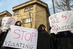 تجمع مردمی مقابل سفارت سوئیس در اعتراض به بازداشت مرضیه هاشمی