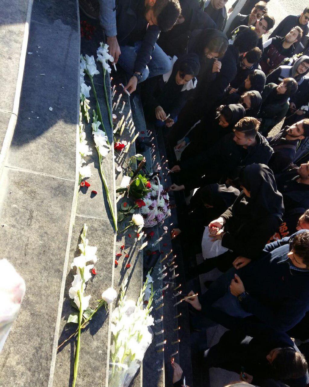 Risultati immagini per جمعی از دانشجویان علوم تحقیقات صبح امروز با روشن کردن شمع جلوی درب این دانشگاه با خانوادههای قربانیان این حادثه ابراز همدردی کردند