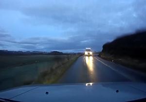 تصادف شاخ به شاخ روی جاده یخ زده + فیلم