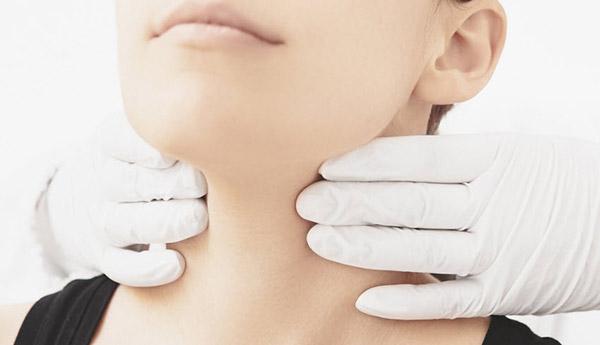 علائمی که زنگ خطر کم کاری و پرکاری تیروئید در خانم هاست+ عوامل خظر و درمان