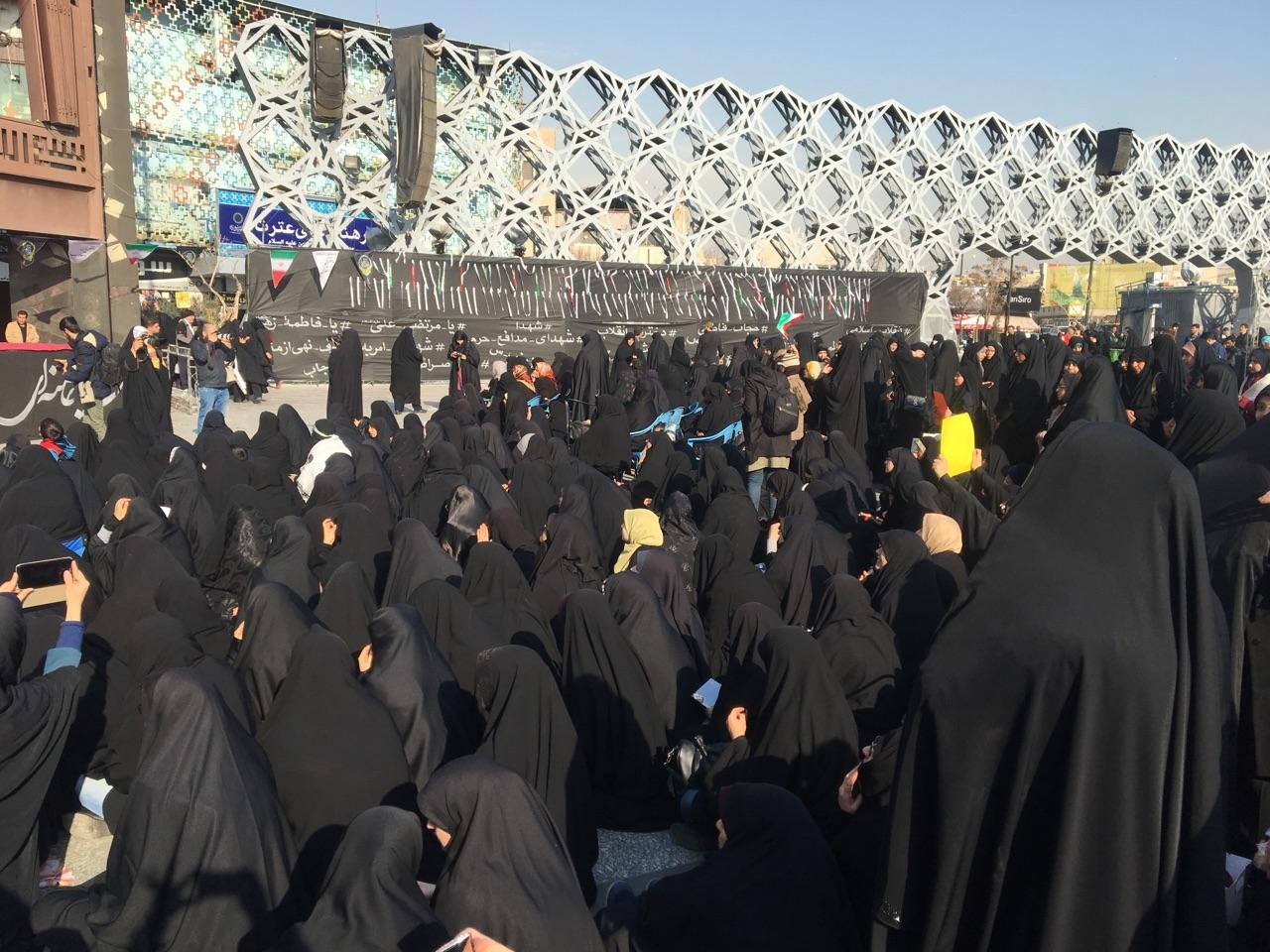 استقبال گسترده زنان انقلابی از اجتماع عظیم دختران انقلاب