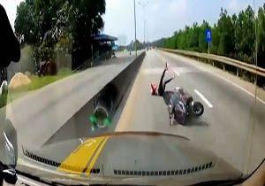 زنده ماندن راننده موتور پس از له شدن زیر چرخهای خودرو + فیلم