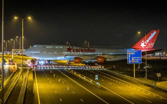 تصاویر روز: از جابجا کردن یک هواپیمای بوئینگ از طریق بزرگراه در هلند تا وقوع توفان در انگلیس
