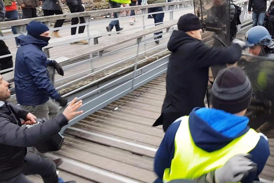 تصاویر درگیری بوکسور فرانسوی با پلیس در حمایت از جلیقه زردها